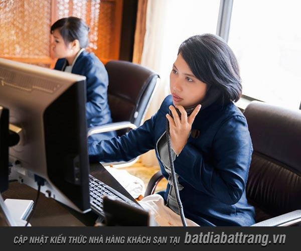 Nhân viên nhà hàng nhận đặt bàn qua điện thoại như thế nào?