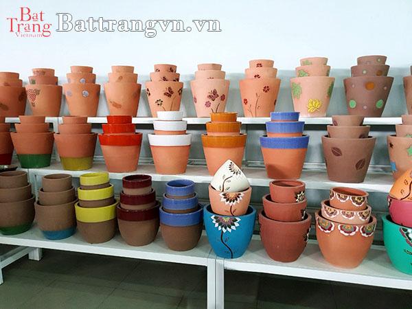 Chọn chậu cây gốm sứ trang trí ban công dựa vào màu sắc