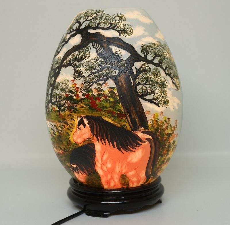 Mẫu đnè xông tinh dầu hình trứng đẹp độc đáo vẽ hình chú ngựa bên gốc cây cổ thụ