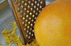 Cách chế biến tinh dầu cam nguyên chât tại nhà, công đoạn lấy vỏ cam