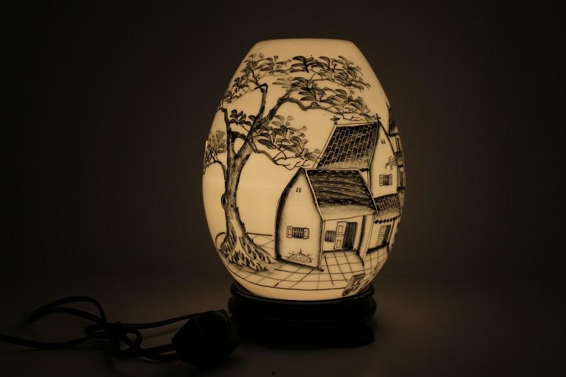 Mẫu đèn xông tinh dầu đẹp hình trứng vẽ làng quê với cây đa thân thuộc