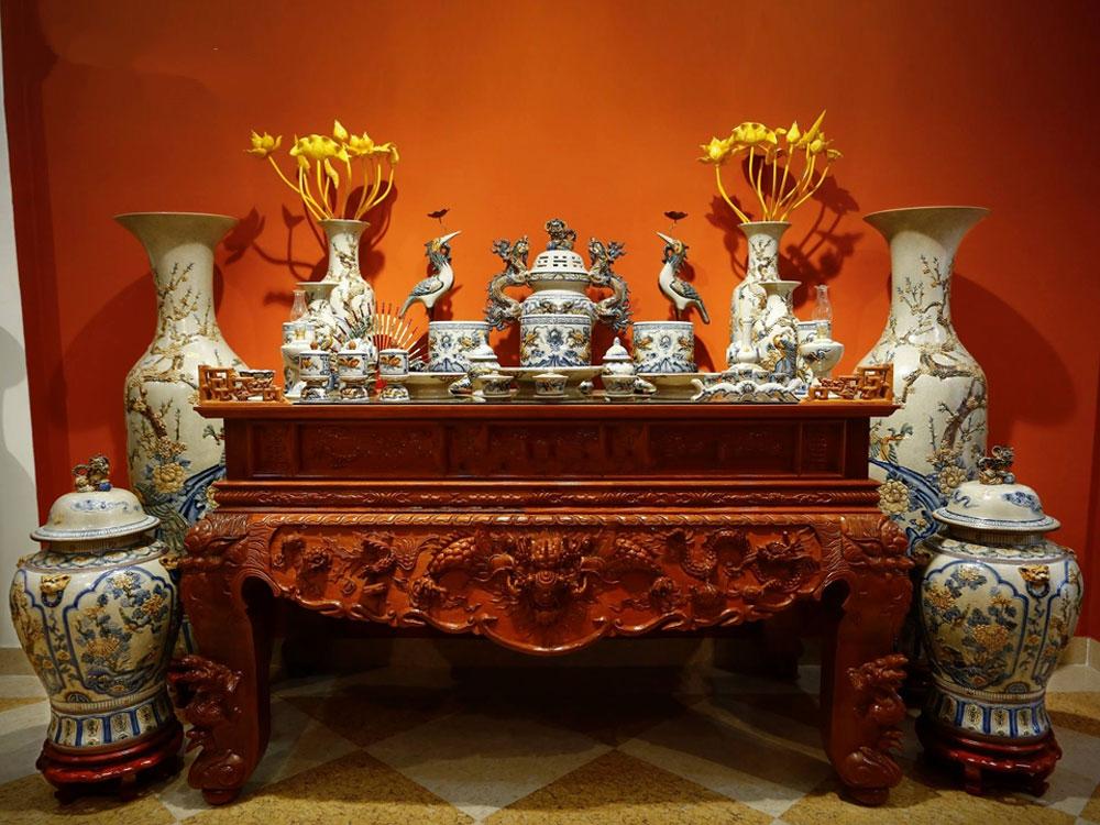 Bộ bàn thờ Bát Tràng đầy đủ.